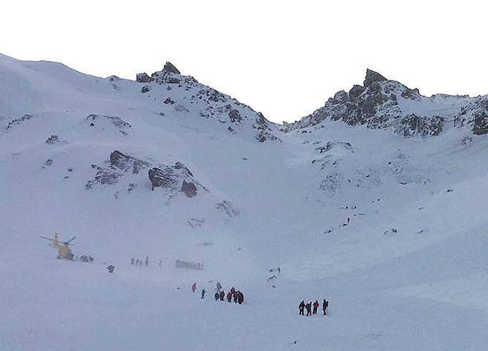 <p>REDNINGSAKSJON: Redningsmannskaper driver nå søk etter at flere personer ble tatt av snøskred i Wattener Lizum i Østerrike lørdag. Fem personer er bekreftet døde. Foto: AFP</p>