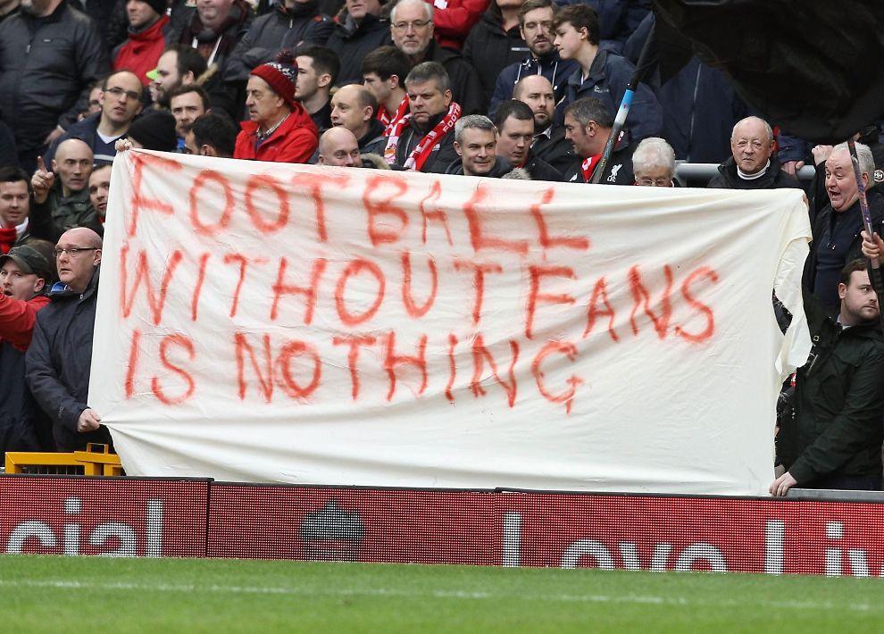 Liverpool-fans viser hva de synes om økte billettpriser neste sesong.
