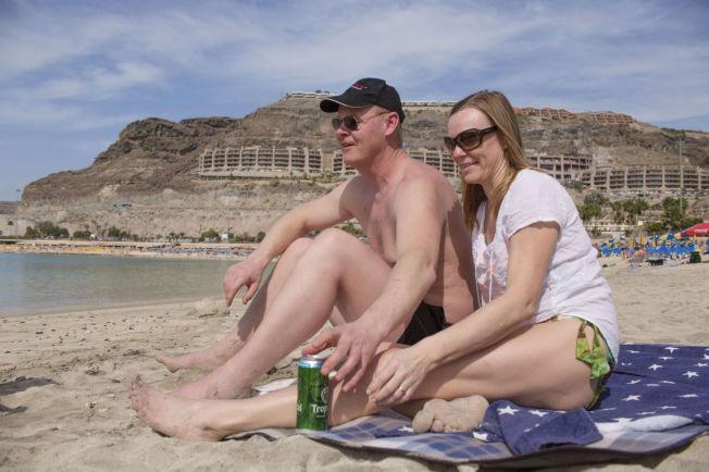 <p>DAGEN DERPÅ: Ole Hermann Vaal (47) og samboeren Bente Anti (47) reparerer med en øl på stranden etter fest på en irsk pub sammen med den norske vennegjengen kvelden før. Foto: ANNEMOR LARSEN/VG</p>