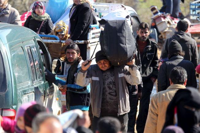 <p>VENTER VED GRENSEN: Syriske flyktninger venter ved den tyrkiske grensen for å slippe over, etter at de syriske regjeringsstyrkene sammen med russiske fly er i ferd med å omringe Aleppo.</p>