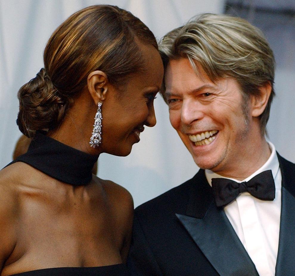 <p>LYKKELIGE SAMMEN: David Bowie og Iman Mohamed Abdulmaji, her avbildet i 2002. Foto: AP</p>