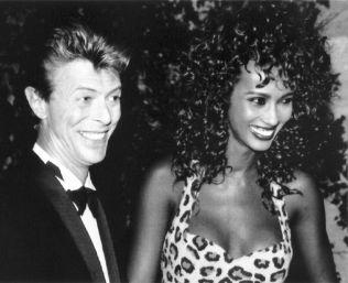 <p>NYFORELSKET: David Bowie og Iman i 1991. De giftet seg i Lausanne 24. april 1992. Foto: AP</p>
