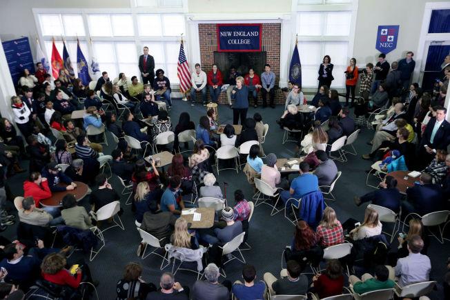 <p>MØTTE STUDENTER: Hillary Clinton hadde valgmøte på New England College i New Hampshire i helgen.</p>