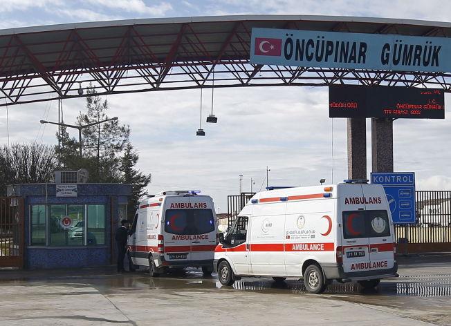 <p>FRAKTER FORSYNINGER: Grensen mellom Tyrkia og Syria er stengt, men ambulanser kryssre grensen med forsyninger til de mange tusen menneskene som er på flukt. Foto: REUTERS/Osman Orsal</p>