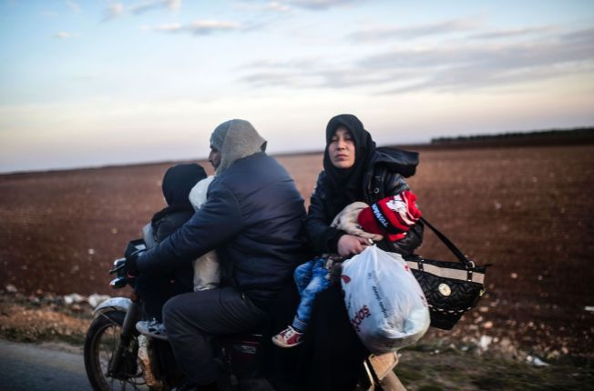 <p>TITUSENER PÅ FLUKT: 20.000 personer har de siste dagene flyktet til grensen mellom Syria og Tyrkia, hvor det fra før befinner seg 30.000 mennesker. Her flykter en syrisk familie på motorsykkel fra Bab-Al Salama fredag denne uken.</p>