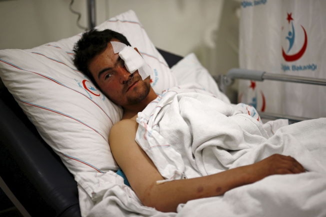 <p>SKADET I LUFTANGREP: Kasim Genco (21) ble skadet i luftangrepene mot landsbyer i Syria nær grensen toil Tyrkia. Her fra sykehuset i Kilis i Tyrkia. Foto:REUTERS/Osman Orsal</p>