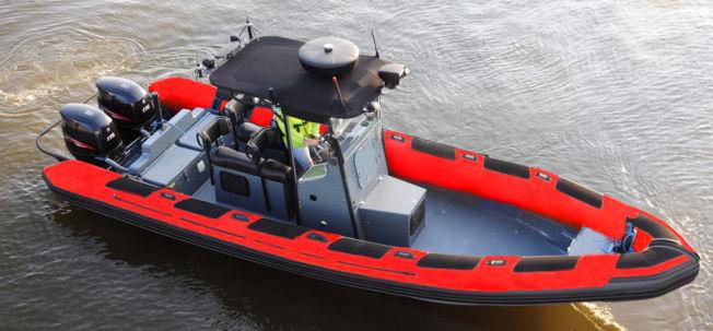 <p>PROTOTYPE: Det er ti redningsbåter av denne typen, drøye ni meter lange RIB-er utviklet, designet og bygget på et gresk verft i Athen, som Redningsselskapet nå jobber med å skaffe penger til. Båtene vil ha to motorer på 250 hestekrefter, plass til to bårer, termisk kamera, lyskastere og avansert navigasjonsutstyr.<br/></p>