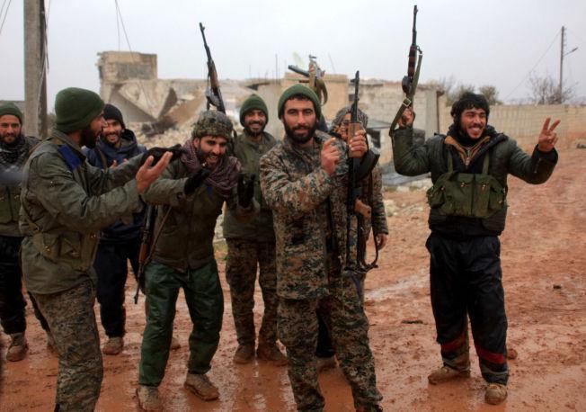 <p>RYKKER FREM: Soldater fra den syriske regjeringshæren feirer at de har tatt over landsbyen Ratian, nord for Aleppo den 6. februar.</p>