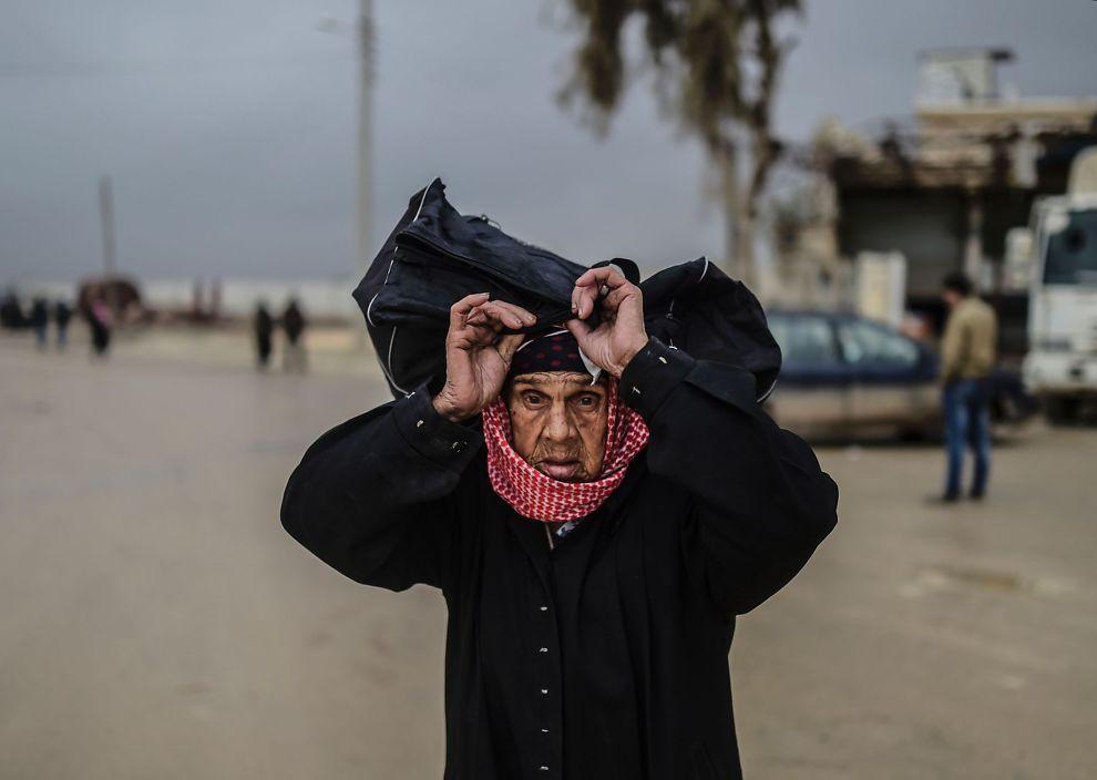 <p>PÅ FLUKT: En eldre kvinne som nylig flyktet fra Aleppo-området, fotograferes nær grensen til Tyrkia. Hvis regimet tar kontroll over Aleppo frykter man at over 100.000 kan flykte over grensen.</p>