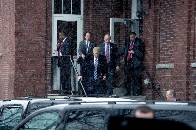 <p>LANG DAG: Her kommer Trump ut fra dagens andre valgmøte på en italiensk restaurant i Manchester. Før dagen var omme hadde han holdt fire møter.</p>