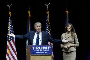 <p>TOK FREM KONA: Melania Trump snakket kort til de fremmøtte i Verizon Wireless Arena.</p>