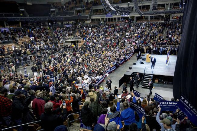 <p>STORT OPPMØTE: Flere tusen tilhørere møtte opp på idrettsarenaen i Manchester for å høre og se Trump.</p>