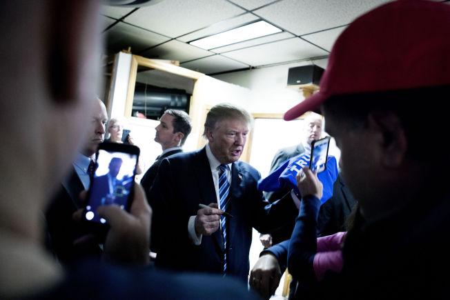 <p>HYLLET: Kort tid etter at dette bildet ble tatt, ble Donald Trump klappet ut av forsamlingshuset i Salem mens folk ropte «Trump for president», «Trump for president».</p>