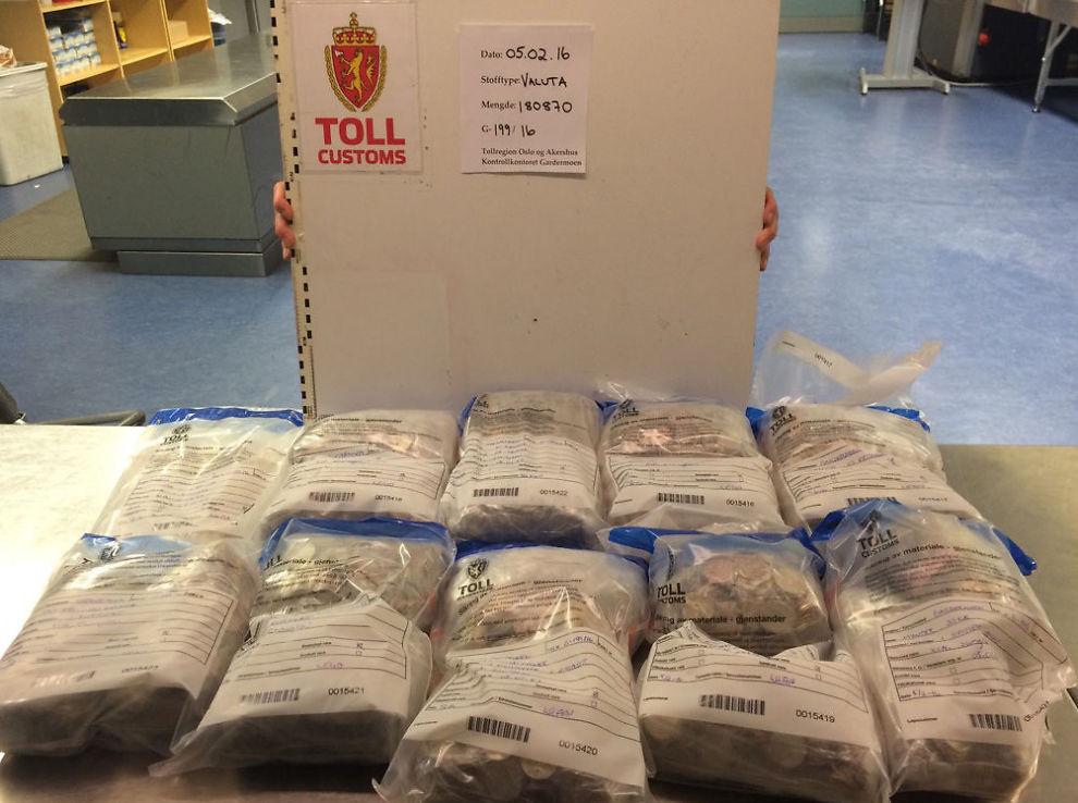 <p>MIN SEKK ER LASTET MED: Tolleren på Oslo lufthavn stoppet en flypassasjer med mynter til en samlet verdi av 220.970 kroner.</p>