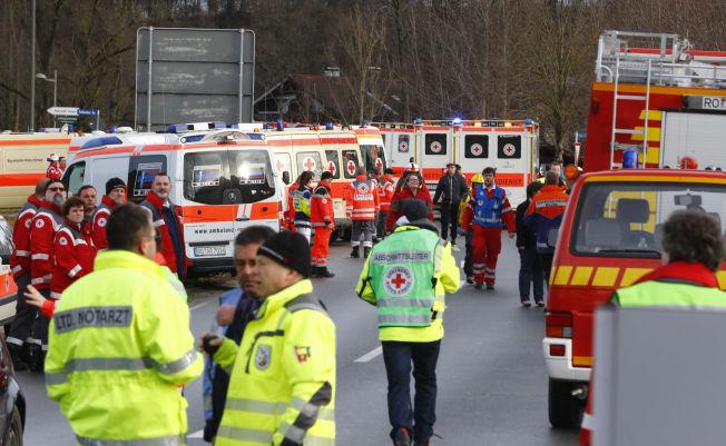 STORUTRYKNING: Politi og ambulansetjenester har rykket ut med alt tilgjengelig personell etter at to passasjertog har frontkollidert utenfor München sør i Tyskland.