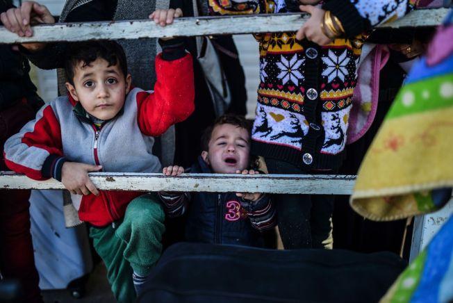 <p>FLYKTER: Syriske familier samlet seg i tusentall på grensen mellom Tyrkia og Syria, rett nord for Aleppo på mandag. 40.000 familier har forlatt hjemmene sine som følge av regimets offensiv mot opprørerne i nordlige Syria.<br/></p>