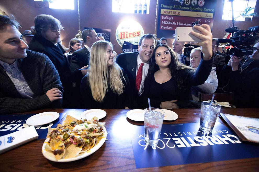 <p>MØTTE VELGERE: På valgdagen dro presidentkandidat Chris Christie (R) til en pub i Derry, New Hampshire for å forsøke å sanke inn de siste stemmene. FOTO: THOMAS NILSSON/VG</p>