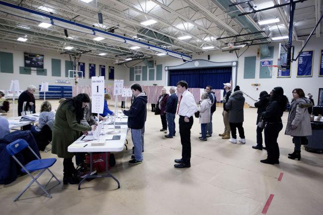 <p>VALGDAG: Det var en jevn strøm av mennesker som ville avgi sin stemme på Gilbert H. Hood Middle School i Derry.</p>