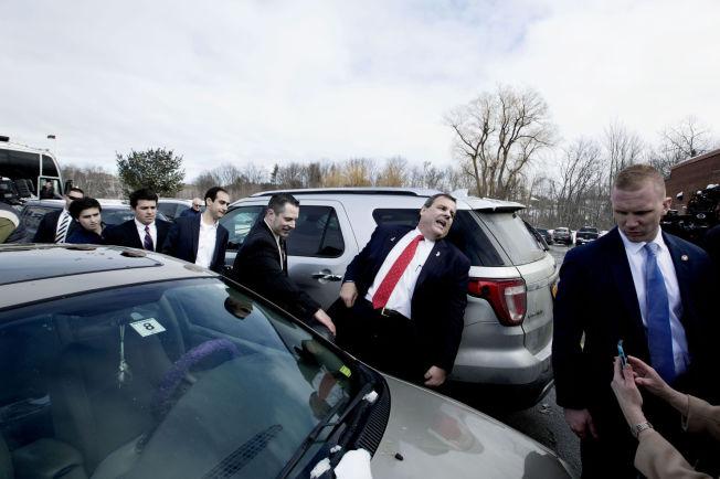 <p>TRANGT: Chris Christie på vei inn til en pub i Derry, New Hampshire.</p>