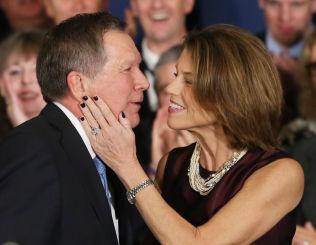 <p>GRATULERT AV KONA: Republikaneren og Ohio-guvernør John Kasich havnet på andreplass etter Donald Trump. Her blir han gratulert av kona Karen.</p>
