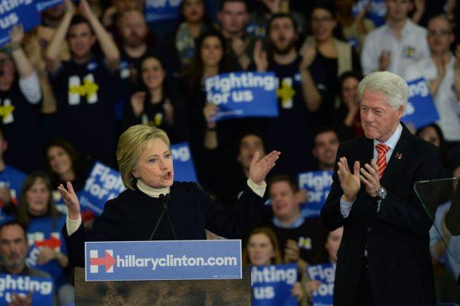 <p>INGEN GOD DAG: Presidentkdandidat Hillary og tidligere president Bill Clinton stod sammen på scenen da hun erkjente å ha tapt primærvalget i New Hampshire til Bernie Sanders.<br/></p>