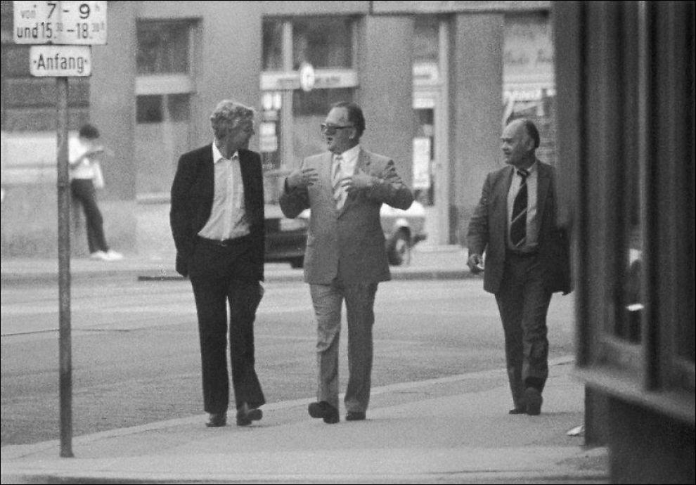 <p>TOPPMØTE: Dette berømte bildet ble tatt av overvåkningspolitiet i Wien 20. august 1983 og viser embetsmannen Arne Treholt i hemmelige samtaler med de russiske KGB-agentene Gennadij Titov og Aleksandr Lopatin.</p>