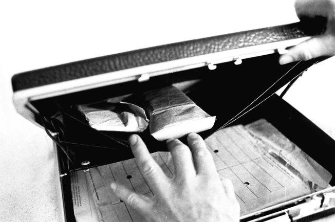 <p>FUNNET: POT-etterforskere tok bilder av to hemmelige ransakinger av Treholts leilighet i Oslo i 1983. Over 30.000 dollar ble funnet i spionens attachékoffert, ifølge dommen.</p>