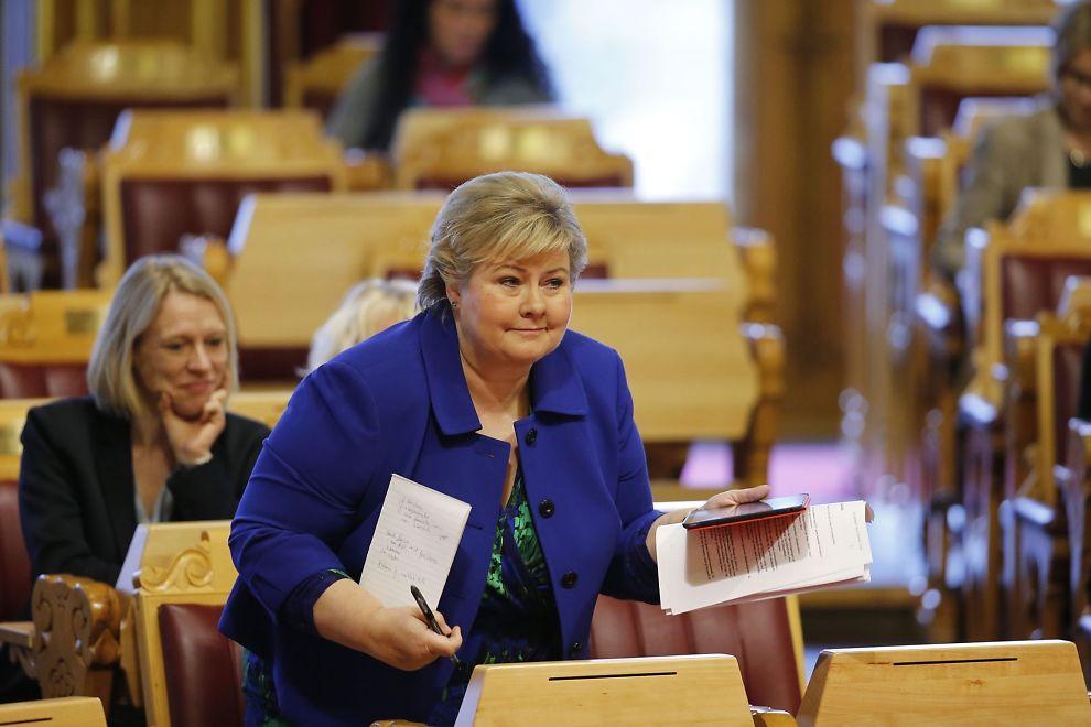 MOBIL-AKTIV: Statsminister Erna Solberg sendte tekstmelding til partilederne og lovet å være på tilbudssiden i asylpolitikken. Onsdag formiddag var hun på plass for å svare på spørsmål i Stortinget.