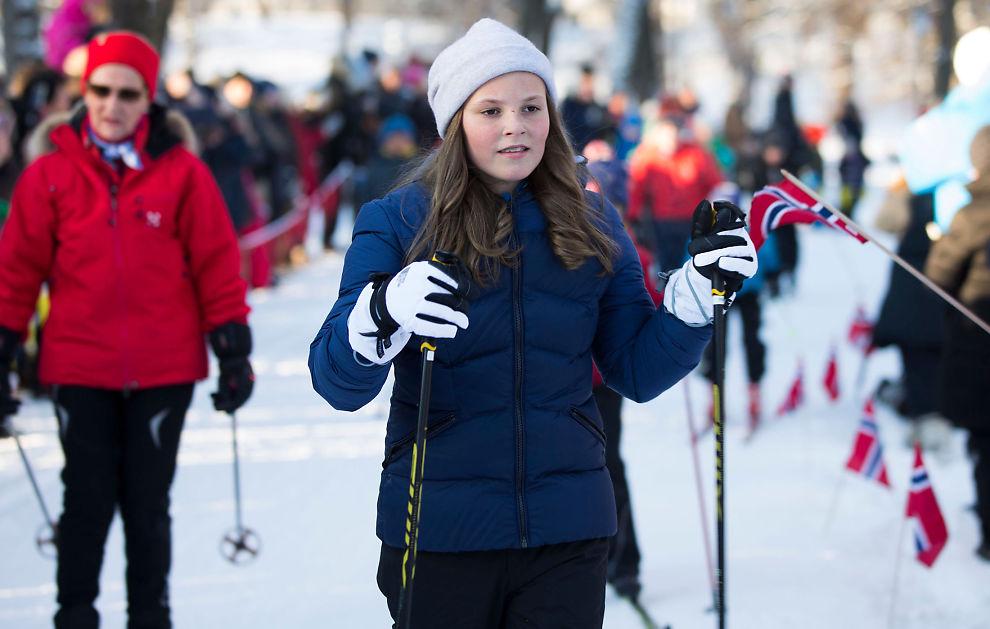 <p>PÅ SKI MED FARMOR: Prinsesse Ingrid Alexandra gjekk først då ho og farmor dronning Sonja tok seg ein skitur på slottsplassen under 25-markeringa for kongeparet i januar.</p>