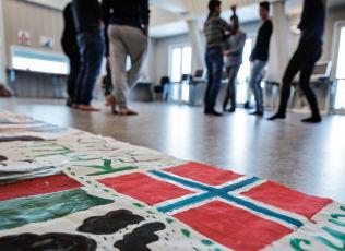 <p>NORGE FØRST: Listhaug mener hensynet til landet krever innstramminger i utlendingsloven. I bakgrunnen enslige mindreårige asylsøkere ved Gjøvik omsorgssenter.</p>