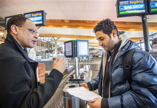 <p>KLAR FOR AVREISE: Jaffer Ibrahim fra Norsk Folkehjelp (til venstre) hjelper Ahmed før avreise til Bodø.</p>