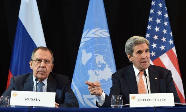 VÅPENHVILE? Utenriksministrene Sergei Lavrov (Russland) og John Kerry (USA) på sin felles pressekonferanse i Munchen natt til fredag.