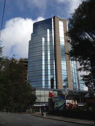 <p>SVINDLET MED MOMS: En ansatt ved ambassaden i Guatemala ble avskjediget i 2014 etter å ha misbrukt ambassadens momsfritak ved kjøp til private formål. Ambassaden ligger i denne skyskraperen i Guatemala by.</p>