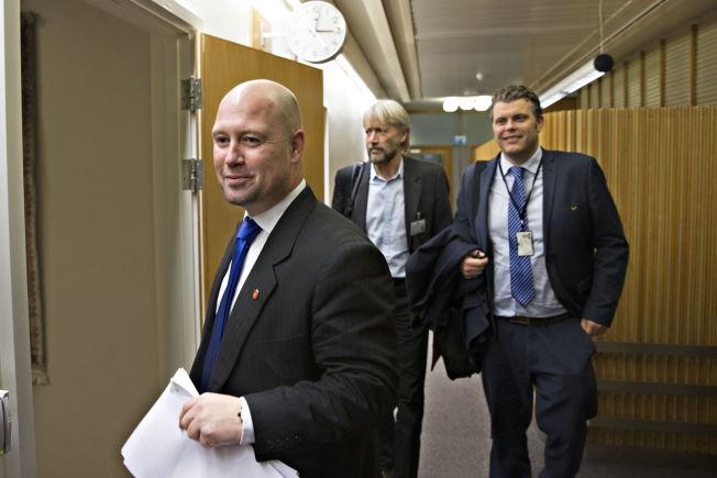<p>HADDE ANSVARET: Justisminister Anders Anundsen (Frp), her på vei inn på KrF-leder Knut Arild Hareides kontor på Stortinget sammen med ekspedisjonssjef Terje Sjeggestad og statssekretær Jøran Kallmyr (Frp) fra Justis- og beredskapsdepartementet.</p>