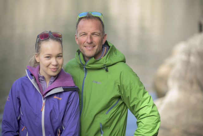<p>FØR NEDTUREN: Agnete Johnsen og «71 grader nord»-programleder Tom Stiansen.</p>