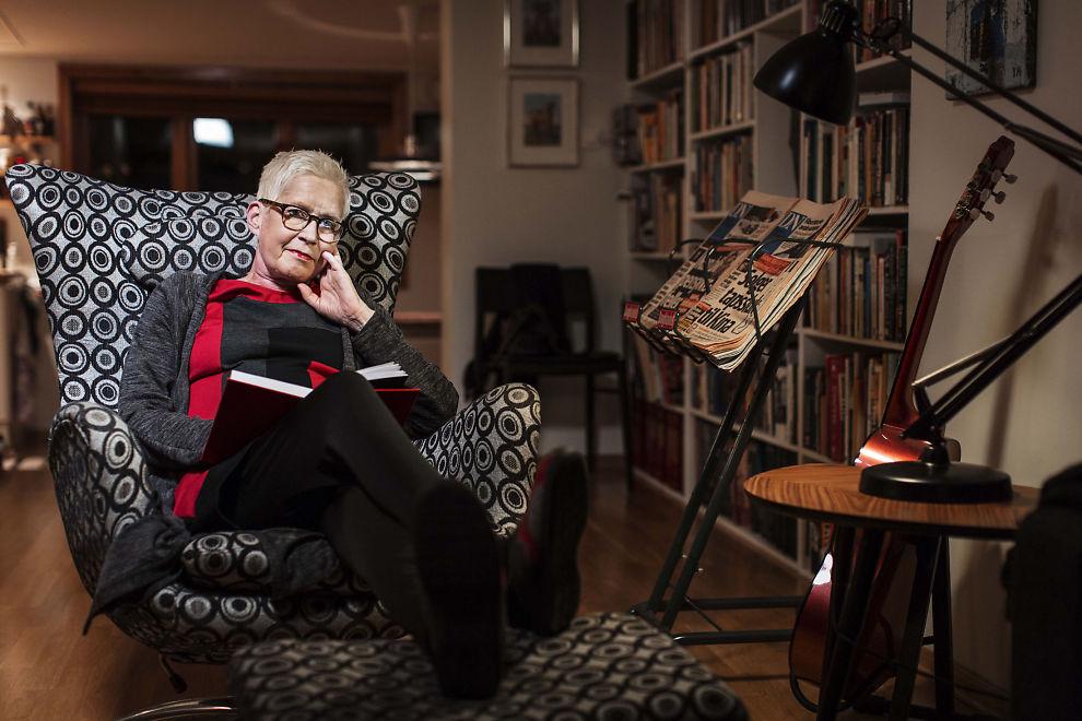 <p>I STUEN: Tanker og refleksjon. Fra godstolen hjemme skriver Anne Aasheim dagbok til sin kone.</p>