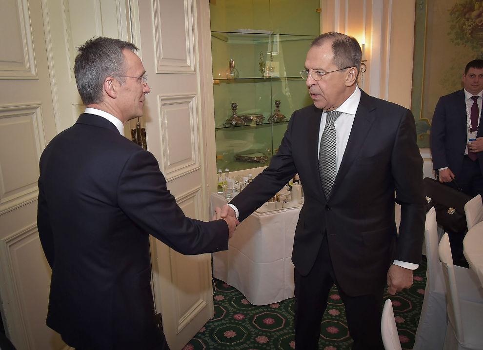 HOLDER IKKE AVTALER: NATO-sjef Jens Stoltenberg sier han tok opp manglede varsling av store russiske militærøvelser med Russlands utenriksminister Sergei Lavrov da de møttes i München nå i helgen.