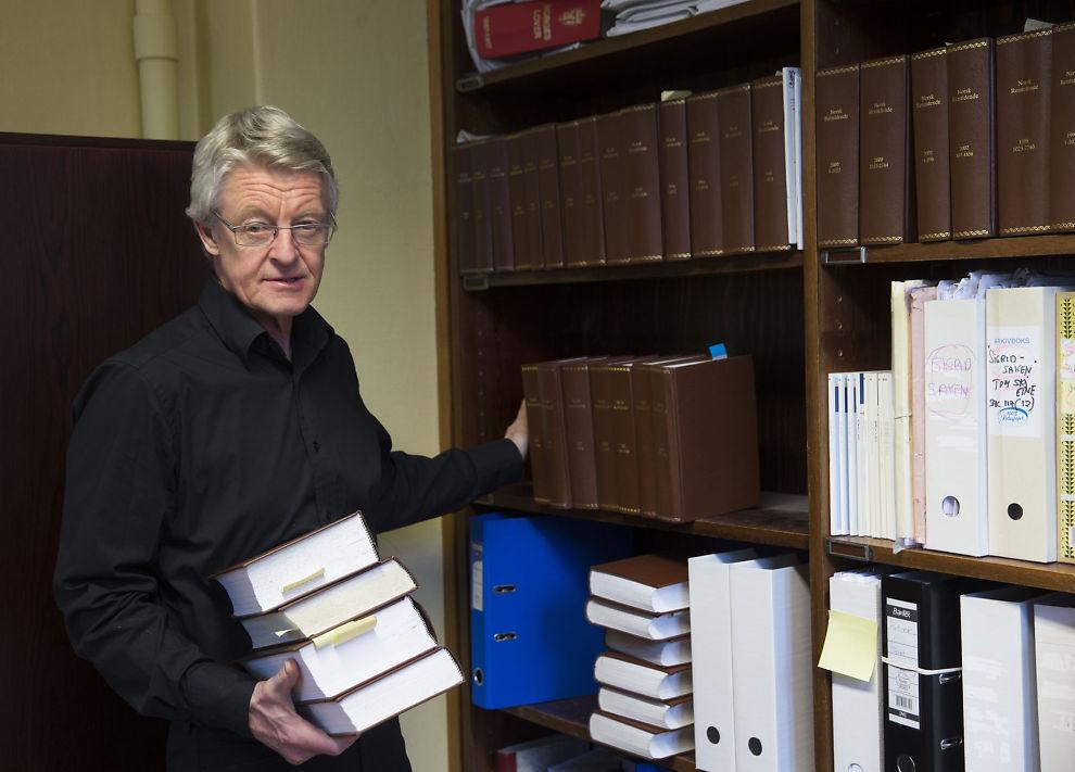 <p>ENDRER FORKLARING: Advokat Harald Stabell forteller at tipset om at kontoret hans skulle ha blitt avlyttet ikke kom fra PST. Her i forbindelse med at saken kom opp i 2014. Avlyttingsutstyret skulle ha vært gjemt bak bøkene som han holder.</p>
