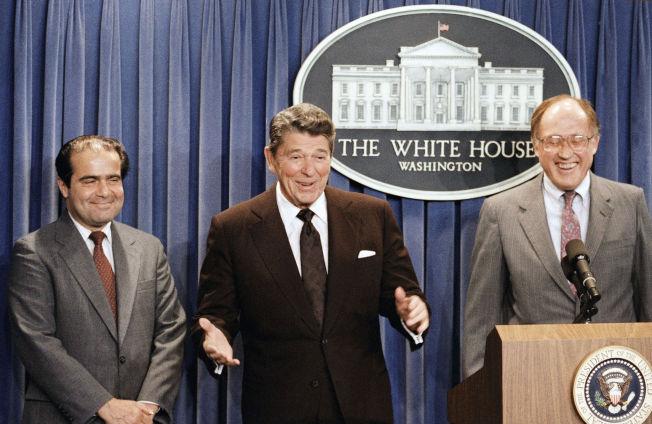 <p>UTNEVNT: Antonin Scalia (venstre) presenteres av president Ronald Reagan 13. mars 1986 som ny kandidat til Høyesterett. Justitiarius Willam Rehnquist til høyre.<br/></p>
