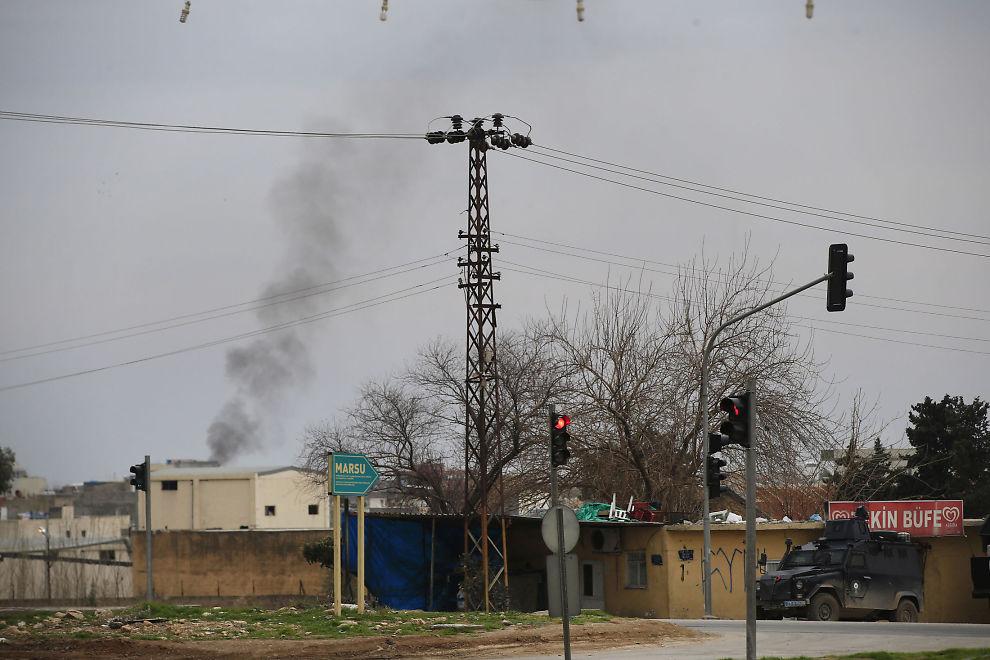 <p>HARDE KAMPER: Røyksøyler stiger over byten Nusaybin, på tyrkisk side nær grensen til Syria.</p> <p>Tyrkiske styrker har kjempet mot kurdiske millitser, både i Tyrkia og Syria. Bildet er tatt søndag 14. februar.</p>