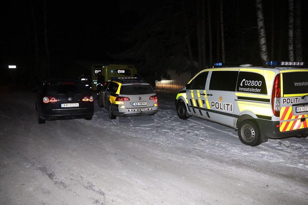 <p>ALT TILGJENGELIG MANNSKAP: Politiet rykket ut til en privatadresse i Hokksund søndag kveld der en kvinne var knivstukket av sin mann.</p>