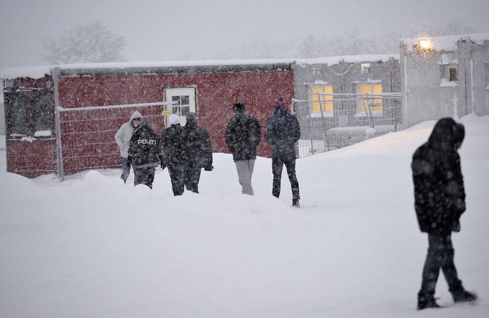 <p>VENTETID: Disse asylsøkerne i Vestleiren i Kirkenes har kommet over grensen på Storskog. Fremdeles er det uklart når de skal returneres til Russland.</p>