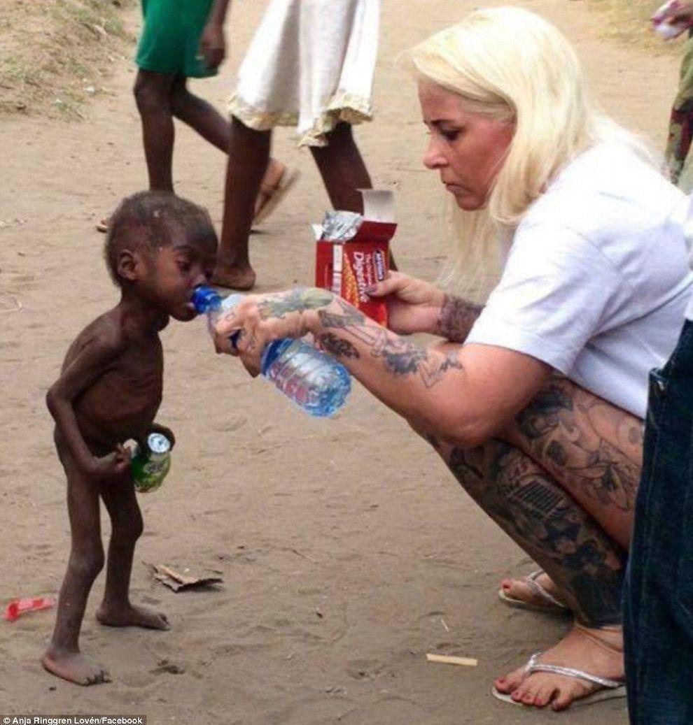 <p>REDNINGEN: Dette bildet av det første møtet mellom en sulten nigeriansk gutt og Anja Ringgren Lovén, spres fort sosiale medier.</p>