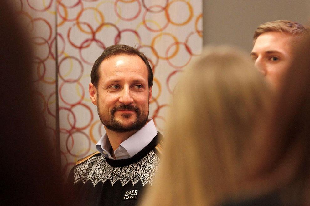 ENGASJERT: Kronprins Haakon under et møte med unge ledere.