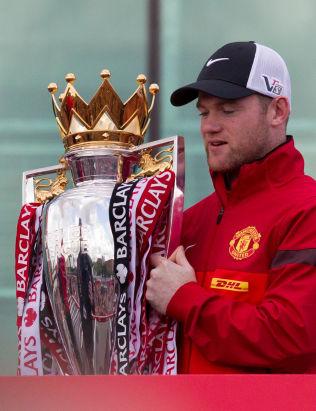 <p>SULTEN: Det er snart tre år siden Wayne Rooney fikk en pokal i hendene. Her som seriemester i 2013.</p>