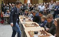 Magnus Carlsen setter ny «pers»: Spiller mot 70 personer samtidig