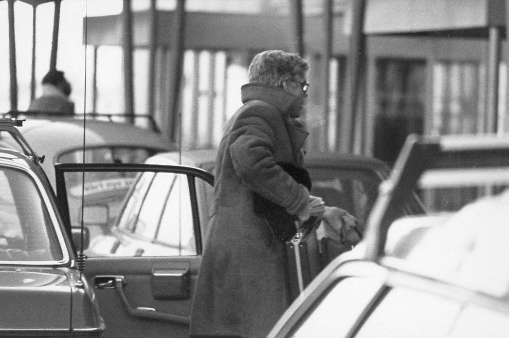 <p>20. JANUAR 1984: Bildet av Arne Treholt med stresskofferten ved Fornebu lufthavn. Minutter senere ble spionen pågrepet. Geir Selvik Malthe-Sørenssen mener at taperestene ikke er synlige på Treholts koffert på dette bildet.</p>
