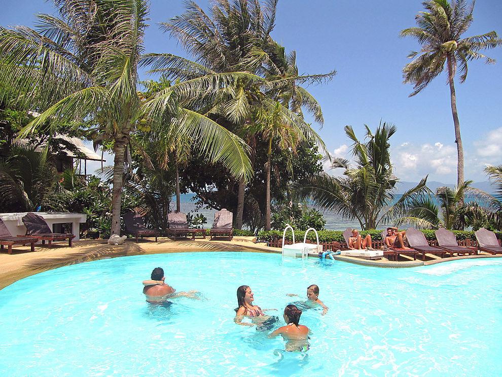 <p>FERIE: Svak norsk krone gjør at det blir dyrere å feriere i utlandet. Her nyter turister et bad i Thailand.</p>