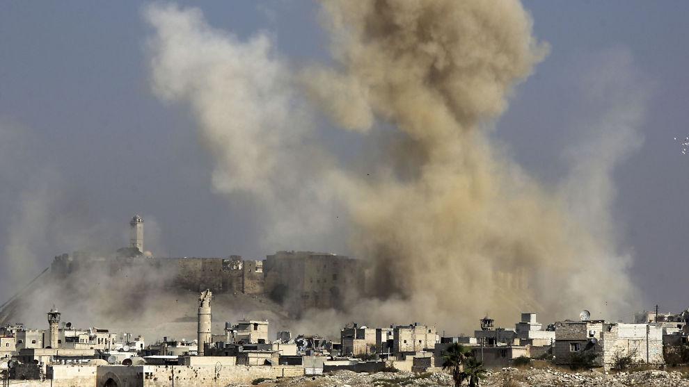 <p>STOROFFENSIV: Røyk stiger fra det som skal være et angrep fra syriske regimestyrker i Aleppo i november.</p>