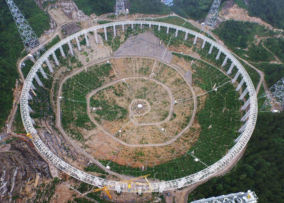 <p>BLIR VERDENS STØRSTE: Det enorme teleskopet skal etter planen stå ferdig i Pingtang i september.</p>